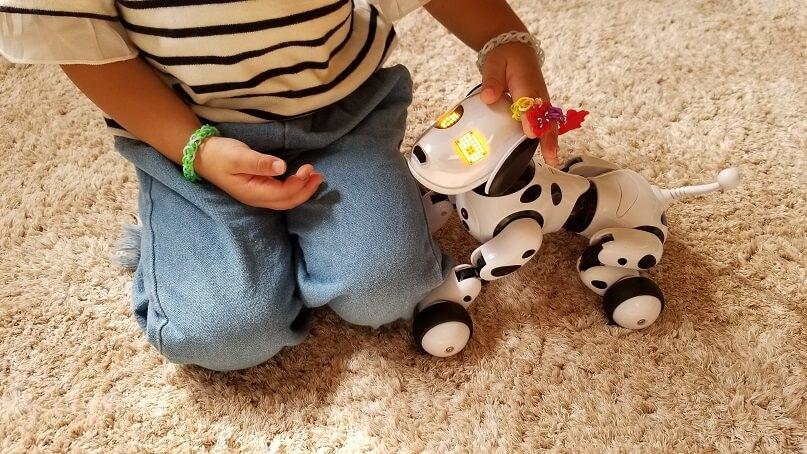 ロボット犬と遊ぶ3歳娘
