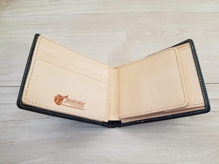 ブリティッシュグリーンのブライドルレザー2つ折り財布、カラーグリーンの外観