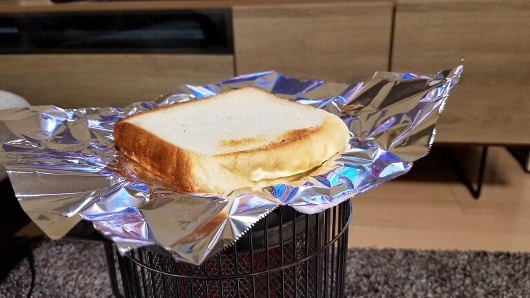電気ストーブでパンを焼く